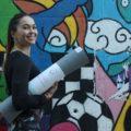 Frau trägt Öko Yogamatte